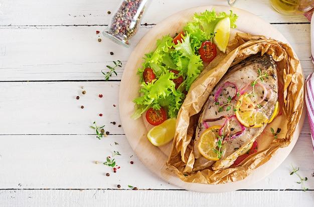 野菜と羊皮紙で焼いた白身魚のステーキ(コイ)。魚料理。上面図