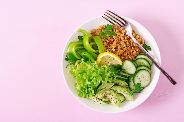 コンセプトの健康食品とスポーツライフスタイル。ベジタリアンランチ。健康的な食事。適切な栄養。上面図。平干し。
