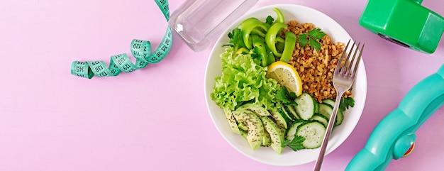 コンセプトの健康食品とスポーツライフスタイル。ベジタリアンランチ。健康的な食事。適切な栄養。上面図。バナー。平干し。