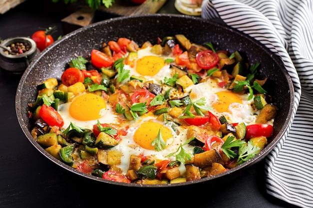 遅い朝食-野菜と卵焼き。シャクシュカ。アラビア料理。コーシャ料理。