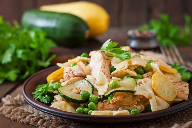 Макароны с цуккини, курицей и зеленым горошком