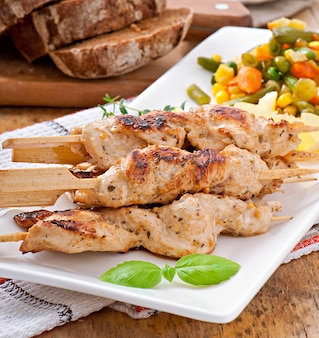Курица-гриль на бамбуковых шпажках