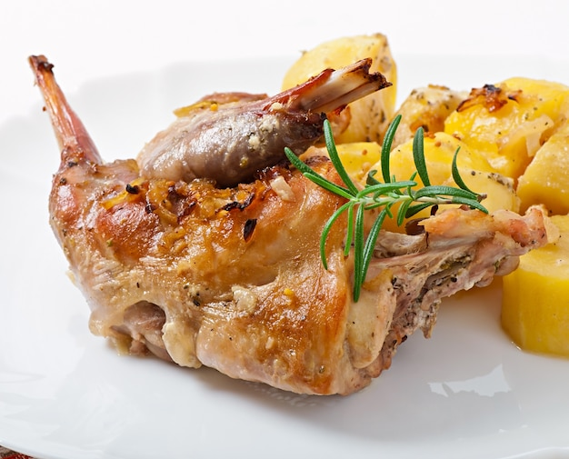オーブン焼きポテトとローズマリーのウサギの脚