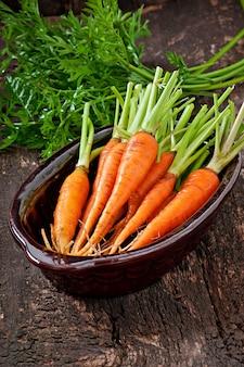 Свежая морковь на старой деревянной поверхности