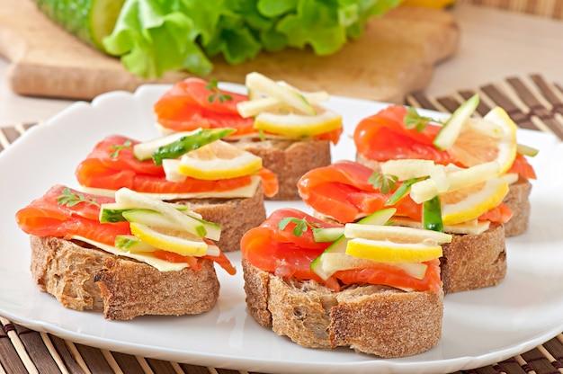 サーモンと食欲をそそるサンドイッチ