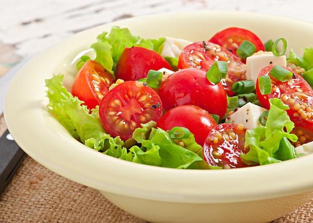 Салат из помидоров с листьями салата, сыром и горчично-чесночным соусом