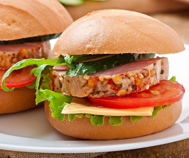 ハム、チーズ、新鮮な野菜のサンドイッチ