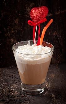 ホイップクリームとコーヒーカップ