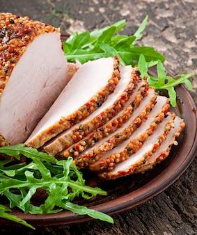 ルッコラの葉で飾られた焼き豚