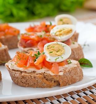 Сэндвич с лососем и сливочным сыром.