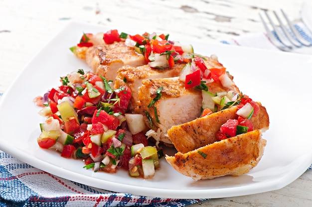 鶏胸肉のグリル、フレッシュトマトサルサ添え