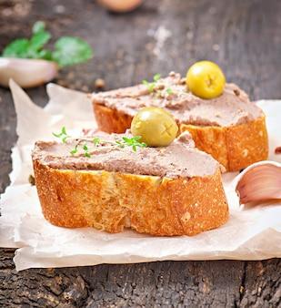 自家製肉スナック鶏レバーのパテ、風味とオリーブ添え