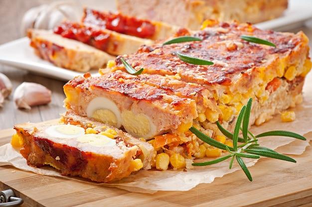 Домашний мясной рулет с кетчупом и розмарином
