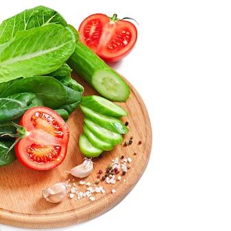 テキスト用のスペースと白の新鮮な野菜