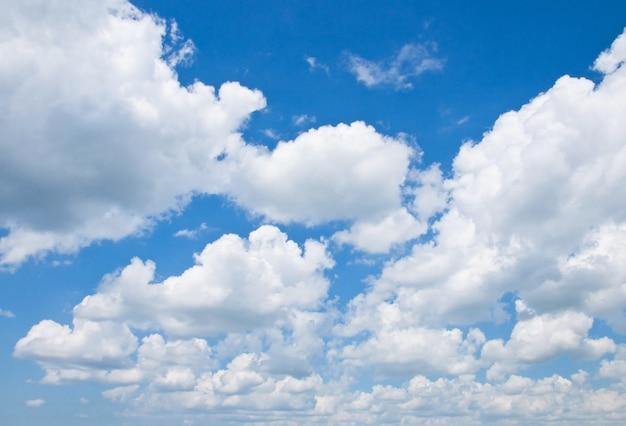 曇りの青い空