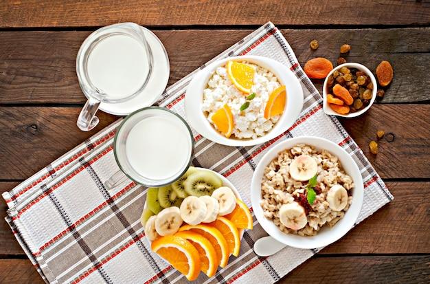 Здоровый завтрак - овсянка, творог, молоко и фрукты