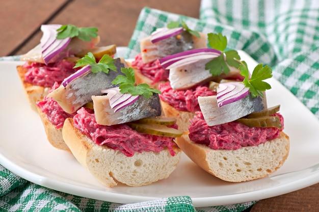 Бутерброды с сельдью, свеклой и маринованным огурцом