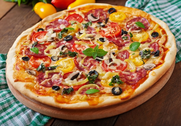 サラミ、トマト、チーズ、オリーブのピザ