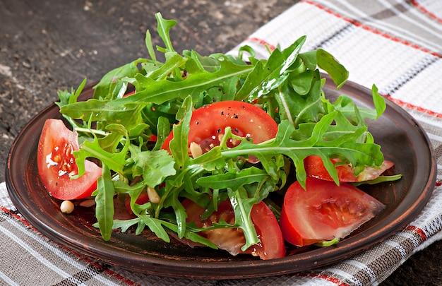 ルッコラ、トマト、松の実のサラダ