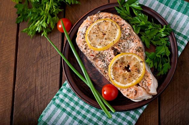 Запеченный стейк из лосося с зеленью, лимоном и салатом