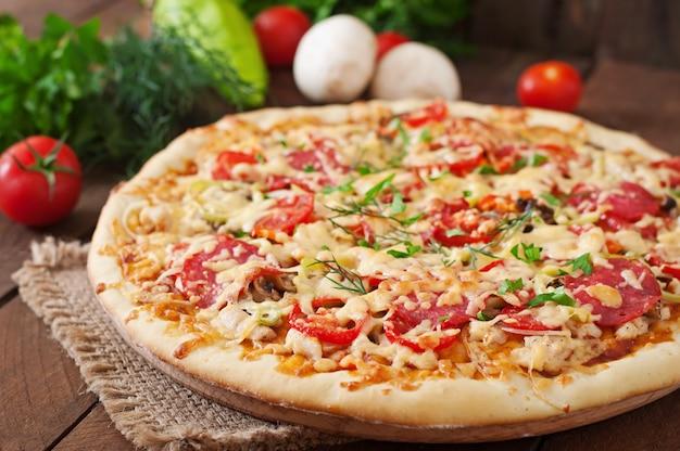 Пицца с салями, помидорами и грибами