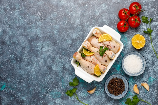 まな板の上で調理する準備ができてスパイスと塩と鶏の脚。