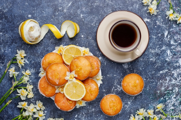 コンクリートのプレートにレモンとおいしい焼きたての自家製レモンマフィン
