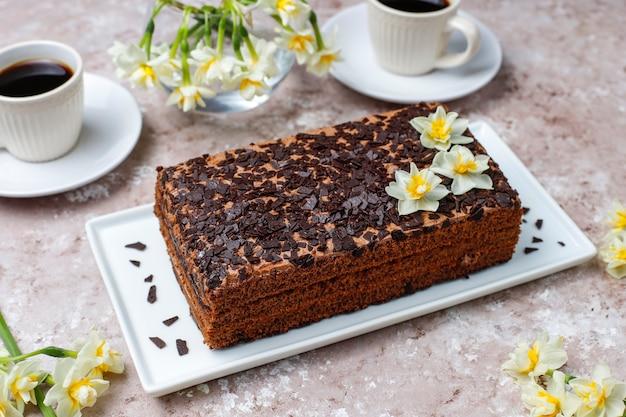 Вкусный домашний шоколадно-трюфельный торт с кофе