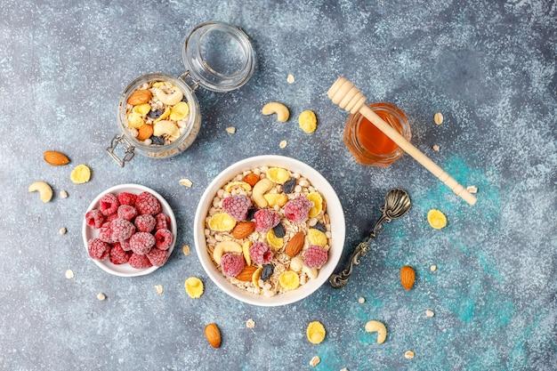 健康的な朝食。新鮮なグラノーラ、ナッツと冷凍ベリーのミューズリー。上面図。コピースペース。