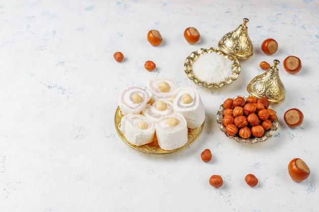 東部のお菓子。トルコの喜び、ナッツとロクム、トップビュー。