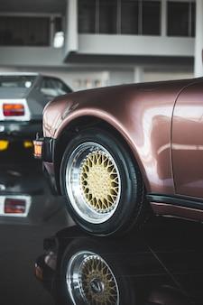 Красный дизайн суперкара в центре производительности, переднее колесо и бампер
