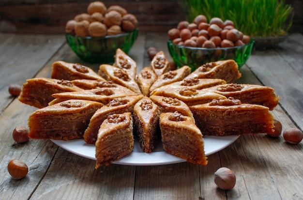 ナッツと素朴な白いプレートに伝統的なアゼルバイジャンの休日クッキーバクラヴァ
