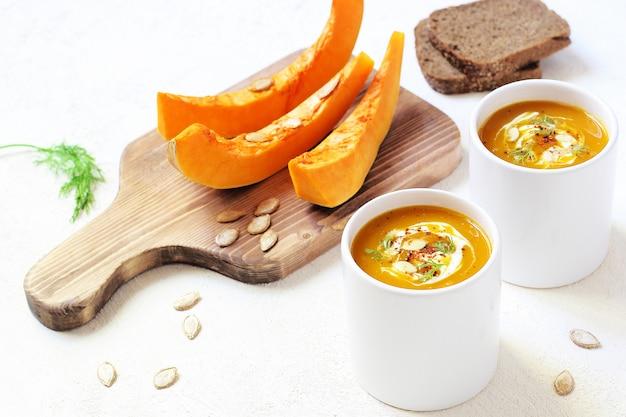 ローストしたカボチャとニンジンのスープ、クリームとカボチャの種