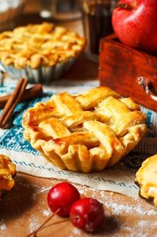 Мини домашние яблочные пироги на деревенском дереве с кофе