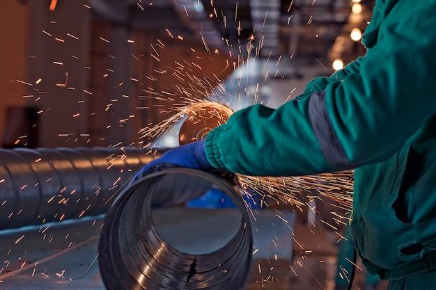 建設現場での鋼のアーク溶接