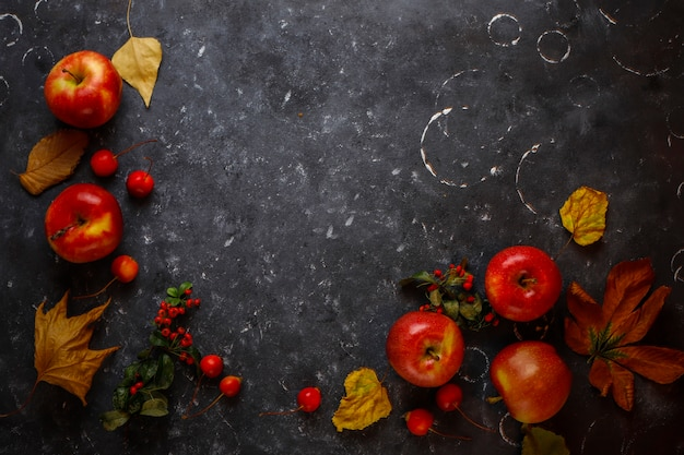 黒の背景に赤いリンゴの組成