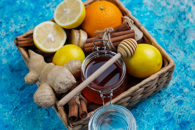 Ингредиенты: свежий имбирь, лимон, палочки корицы, мед, сушеные гвоздики для укрепления иммунитета и витаминный напиток