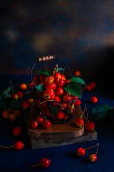 Спелые красные яблоки в продовольственной корзине хранения