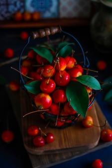 ストレージフードバスケットに熟した赤いリンゴ