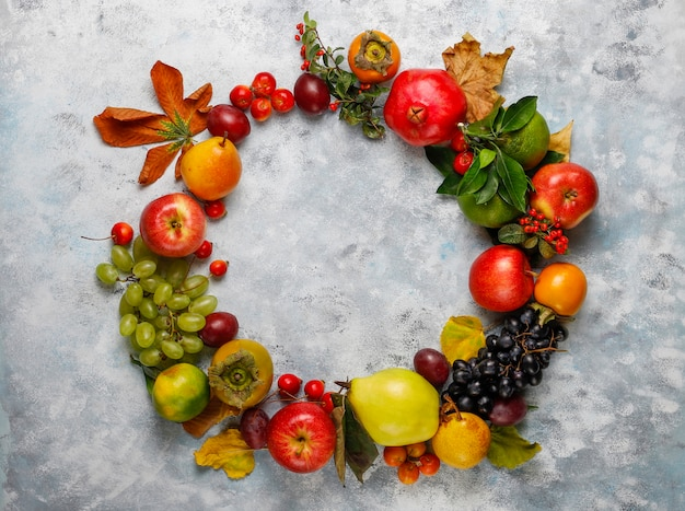 秋のフルーツリース。秋の感謝祭の季節のフルーツ、トップビュー