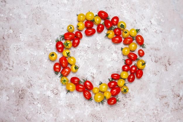 Помидоры черри разных цветов, желтые и красные помидоры черри на светлом фоне