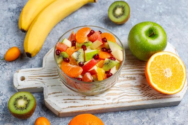 Салат из свежих фруктов в миску со свежими фруктами.