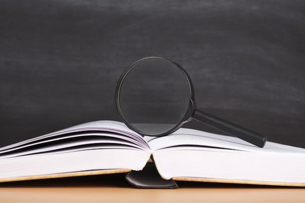 教育委員会を背景にした本のスタックの拡大ガラス
