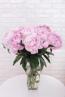 花瓶にピンクの牡丹の花