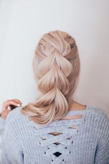 ファッション髪型で女性の背中