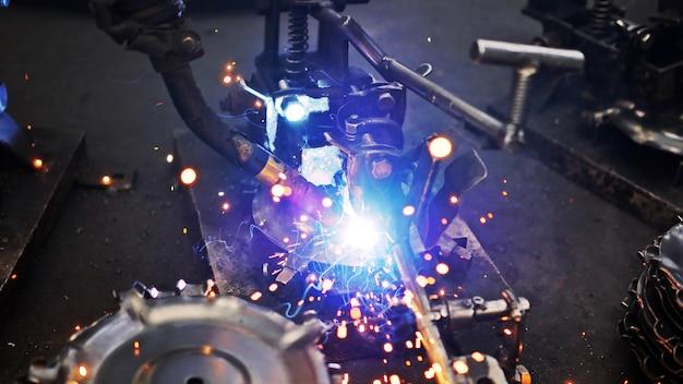 鉄鋼建設業界での溶接鋼と明るい火花。