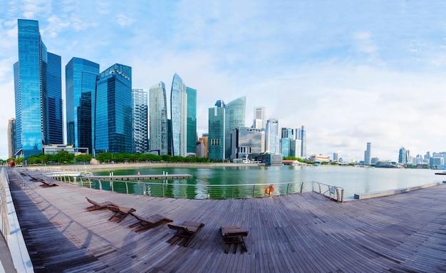 Высокое современное здание с креслом отдыха в городе, панорамный вид.