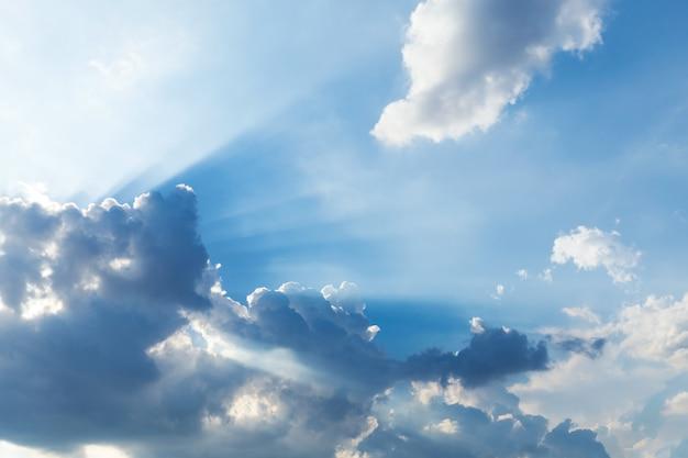 雲と太陽光線と夕焼け空。自然の背景