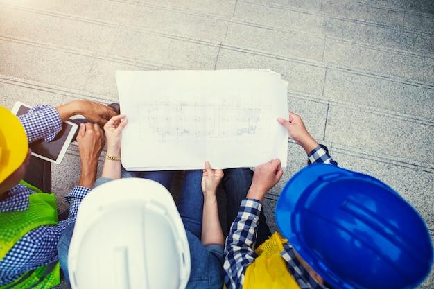 市内の敷地内の青写真に関する計画についてのエンジニアリングチームのディスカッション。