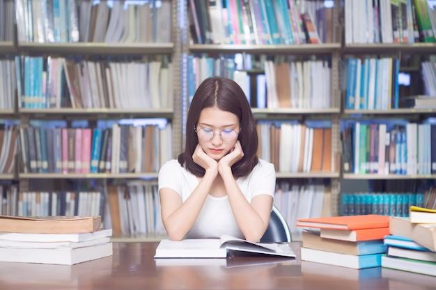 学校の図書館で読書する学生。